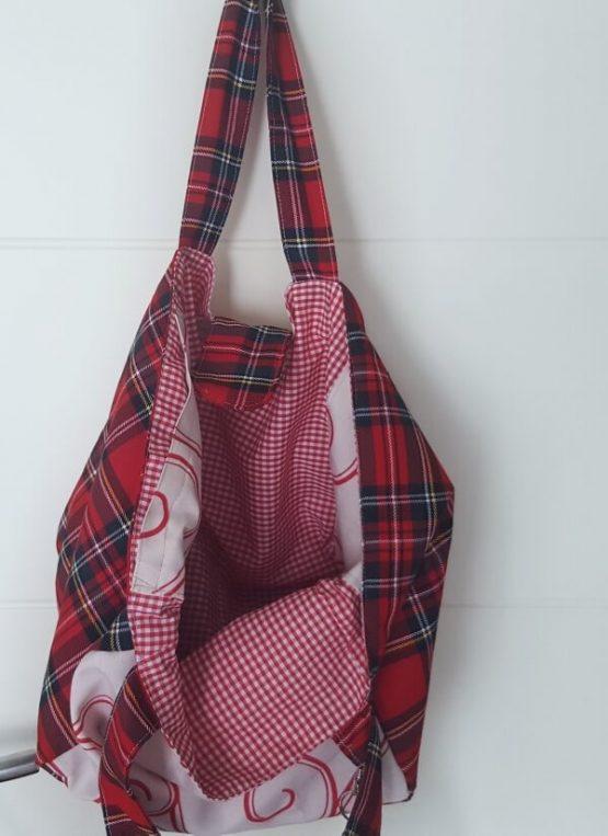 Detalle de forro. Bolso de tela mediano color rojo