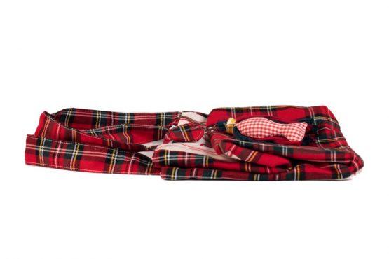 Bolso de tela plegado en color rojo.