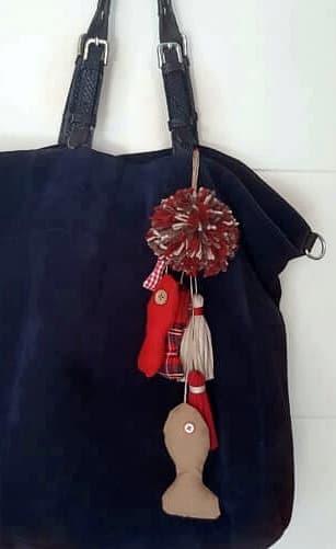 Peces de tela hechos a mano de forma artesanal en colores beige y rojo