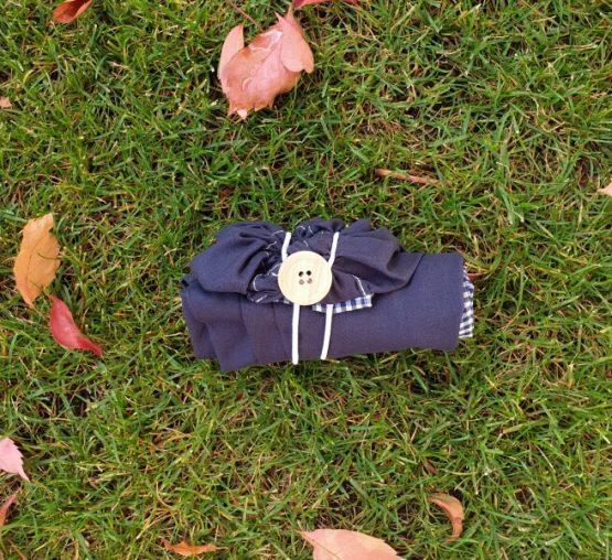 Mini bolsa de tela azul. Cierre con botón