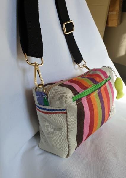 Bandolera de tela de colores con bolsillo con cremallera