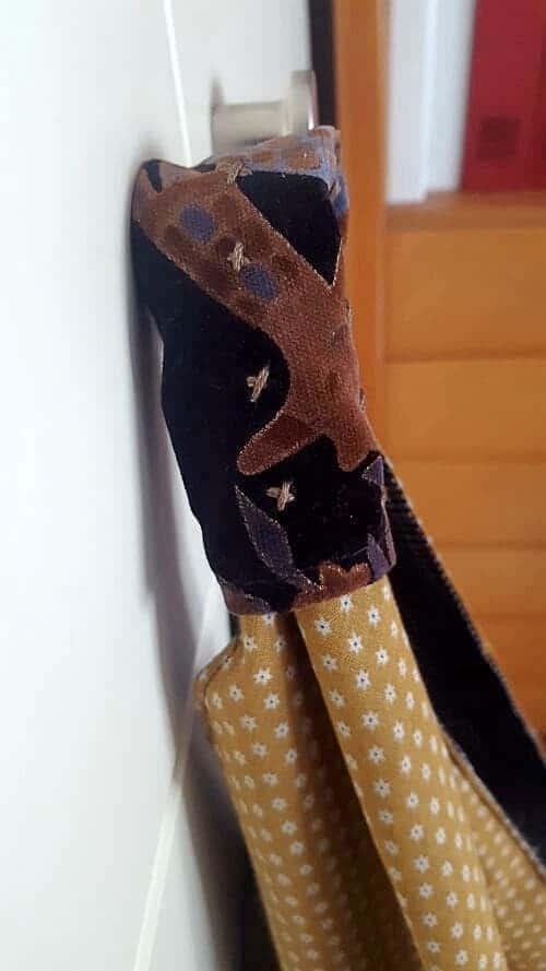 Detalle con bordados a mano de bolso origami