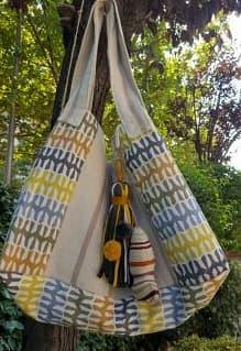 Bolso en tonos ocres y mostaza con beige y adorno de trapillo y pez de tela.