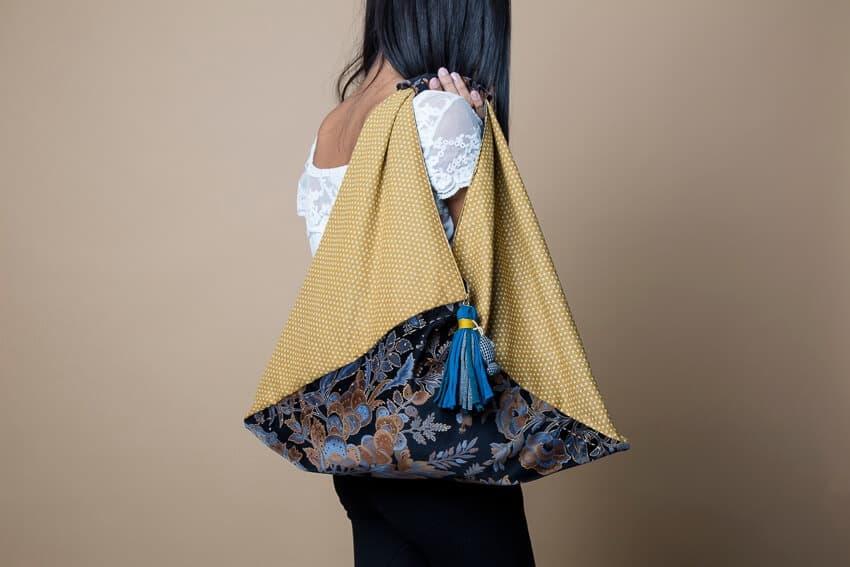 Bolso de tela origami en colores ocres en contraste con terciopelo a juego. Tiene bordados hechos a mano