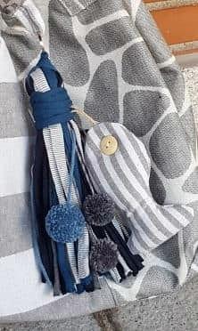 Adorno colgante de pez de tela para bolso gris