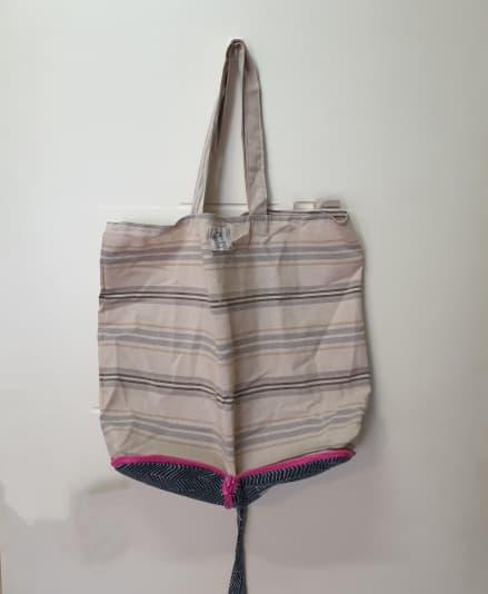 Eco bolsa de tela para la compra desplegada.