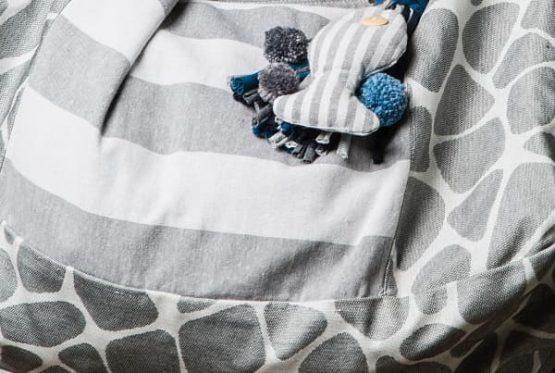 Telas de animal print y rayas a juego en tonos gris para bolso.