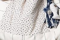 telas bolso beige con detalles de rayas y lunares azul oscuro