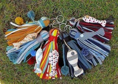 Llaveros de colores con peces de tela