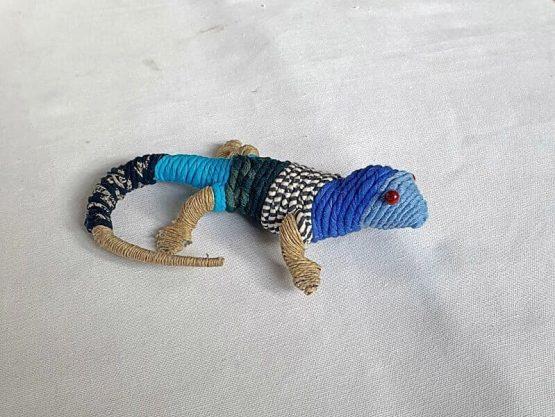 Decorar reciclando juguetes. Lagartija azul