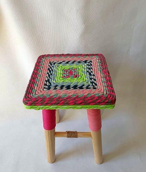 Taburete de madera forrado con tela: Hecho artesanalmente