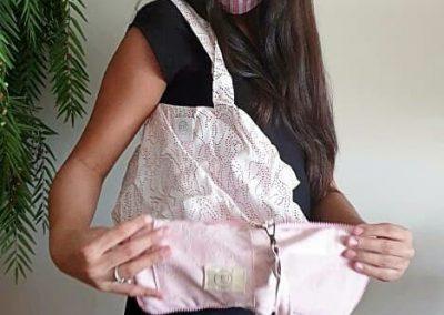 Mascarilla de tela en tonos rosa y bolsa ecológica de tela a juego